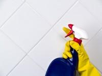 Fata u kupaonici